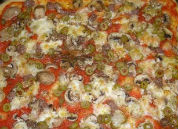 Pizza con funghi, salsicce e olive