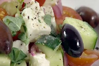 Insalata alla greca con cubetti di pancetta dolci e pomodori