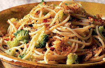 Spaghetti ai broccoli con pane fritto