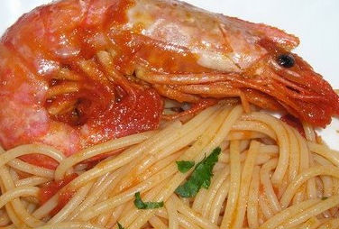 Spaghetti con sugo di peperoni e gamberoni