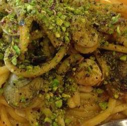 Spaghetti vongole gamberi e pistacchi